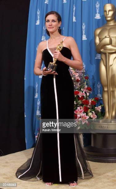 Julia Roberts best actress winner for 'Erin Brockovich' backstage with Oscar at the 73rd Annual Academy Awards at the Shrine Auditorium in Los...