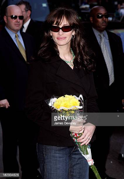 Julia Roberts during Julia Roberts and Fabrizio Moretti Visit the Late Show With David Letterman May 4 2006 at Ed Sullivan Theatre in New York City...