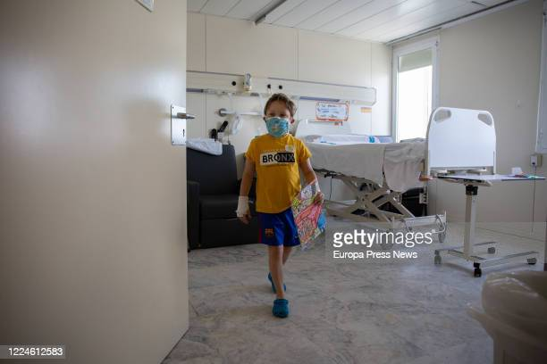 Julian a boy admitted to the Children's Unit of the Vall d'Hebrón Hospital for a rare disease and pending lung transplantation leaves his room to put...