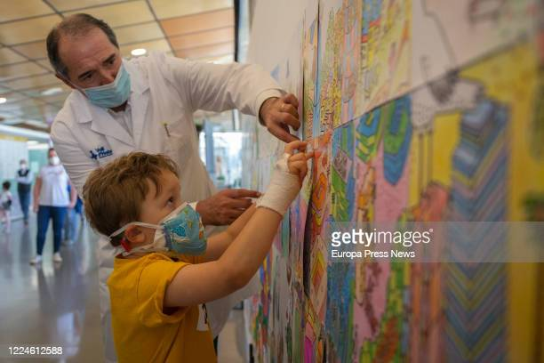 Julian a boy admitted to the Children's Unit of the Vall d'Hebrón Hospital for a rare disease and pending lung transplantation puts his drawing on a...