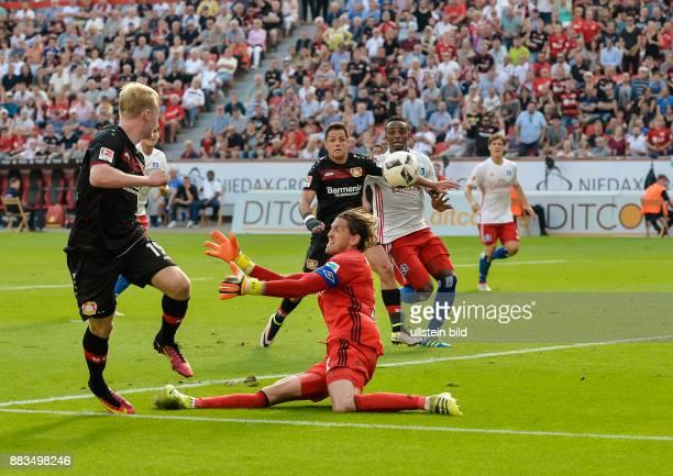Julian Brandt ueberspielt Torwart Rene Adler und gibt die Vorlage fuer Joel Pohjanpalo zum Tor zum 11 waehrend dem Fussball Bundesliga Spiel Bayer...