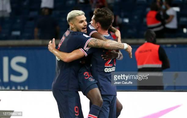 Julian Draxler of PSG celebrates his winning goal with Bandiougou Fadiga, Mauro Icardi of PSG during the Ligue 1 match between Paris Saint-Germain...