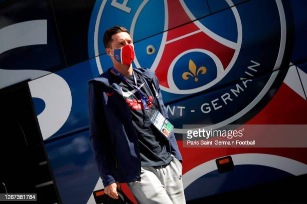 Julian Draxler wears a face mask as he arrives to a Paris Saint-Germain training session on August 20, 2020 in Lisbon, Portugal.