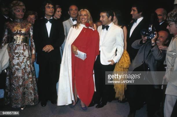 Julian Negulesco et Jeanne Moreau lors de la présentation du film 'Chère Louise' réalisé par Philippe de Broca en veste blanche au Festival de Cannes...