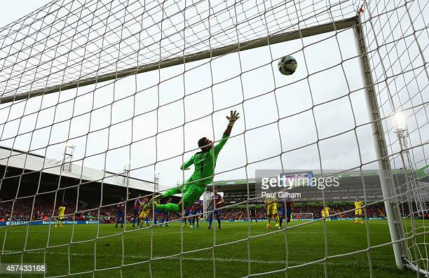 Julian Speroni of Crystal Palace dives in vain as Oscar of Chelsea scores their first goal from a free kick during the Barclays Premier League match...
