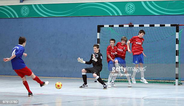 Julian Weigl of TSV 1860 Rosenheim and Rafael Rammo Noel Stolp Felix Widmann and Mario Kaltenmark of SC Freiburg in action during the DFB cjunior...