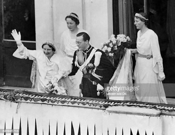 Juliana Fuersten Niederlande*Koenigin der Niederlande mit ihrem Ehemann Prinz Bernhard nach der Hochzeit auf dem Balkon des Königspalastes