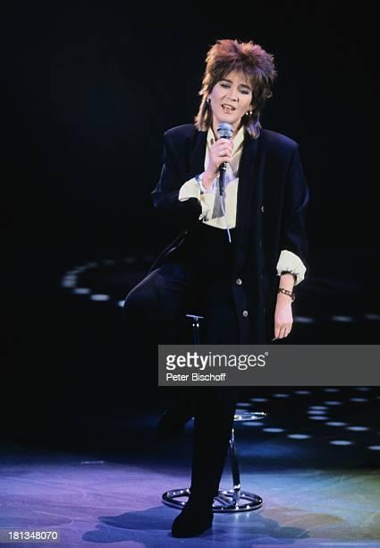 Juliane Werding ARDSilvesterMusikShow MammutWunschkonzert Essen Deutschland GrugaHalle Ganzkörper Mikro Mikrofon Frisur Haare Anzug singen...