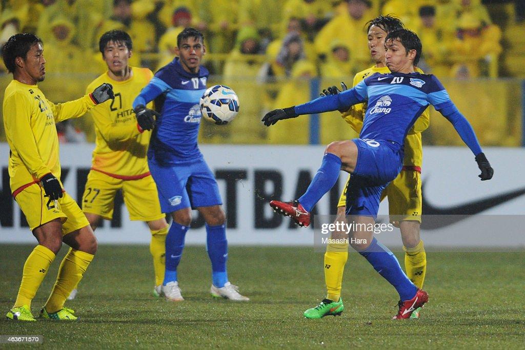 Juliano Mineiro #20 of Chonburi FC in action during the AFC Champions League playoff round match between Kashiwa Reysol and Chonburi FC at Hitachi Kashiwa Soccer Stadium on February 17, 2015 in Kashiwa, Japan.
