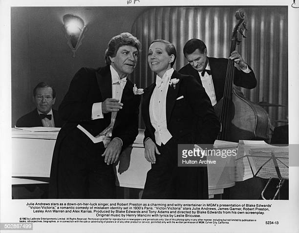 Julie Andrews and Robert Preston sing in a scene of the MGM movie 'Victor Victoria' circa 1982