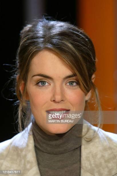 Julie Andrieu journaliste culinaire et critique gastronomique sur la chaîne câblée Teva pose le 26 novembre 2002 à Paris lors de l'enregistrement de...