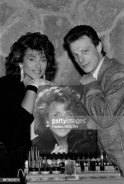Julie Pietri présente sa gamme de maquillage en compagnie de Herbert Léonard à Paris le 15 mars 1985 France