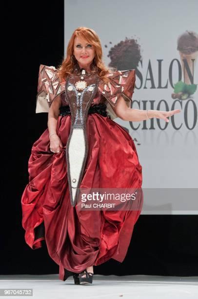 Julie Pietri se produit sur scène lors du du defilé au Salon du Chocolat à la Porte de Versailles 27 octobre 2016 à Paris , France.