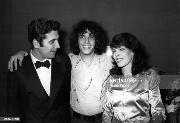Julien Clerc en compagnie de Gilbert Bécaud et Dani dans la loge du chanteur lors de sa 1ère à l'Olympia à Paris le 8 décembre 1970 France