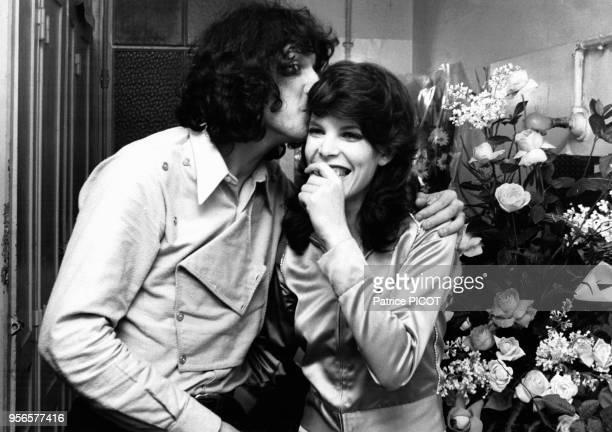Julien Clerc et Dani dans la loge du chanteur lors de sa 1ère à l'Olympia à Paris le 8 décembre 1970 France