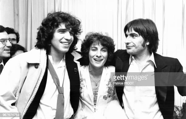 Julien Clerc et MariePaule Belle félicitent Serge lama lors de sa 1ère à l'Olympia le 16 janvier 1979 à Paris France