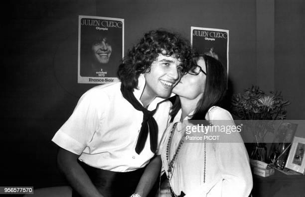 Julien Clerc et Nana Mouskouri dans la loge du chanteur lors de sa 1ère à l'Olympia à Paris le 3 octobre 1973, France.