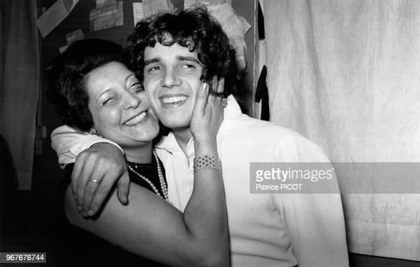 Julien Clerc et sa mère Evelyne dans la loge du chanteur lors de sa 1ère à l'Olympia à Paris le 30 décembre 1971 France