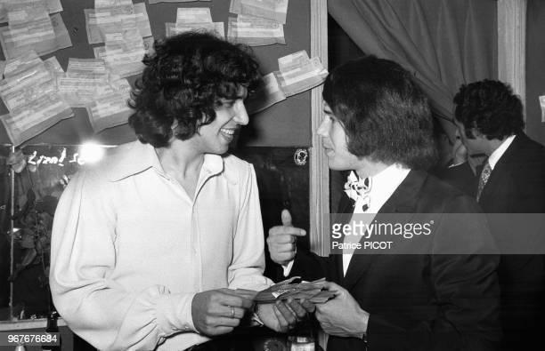 Julien Clerc et Salvatore Adamo dans la loge du chanteur lors de sa 1ère à l'Olympia à Paris le 30 décembre 1971 France