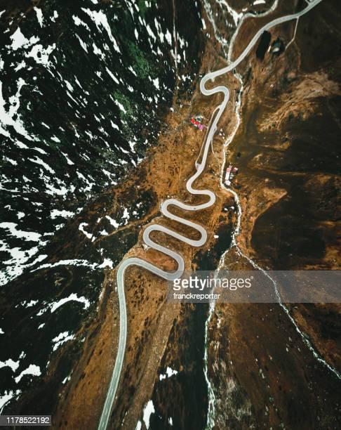 julier pass road in switzerland - posizione descrittiva foto e immagini stock