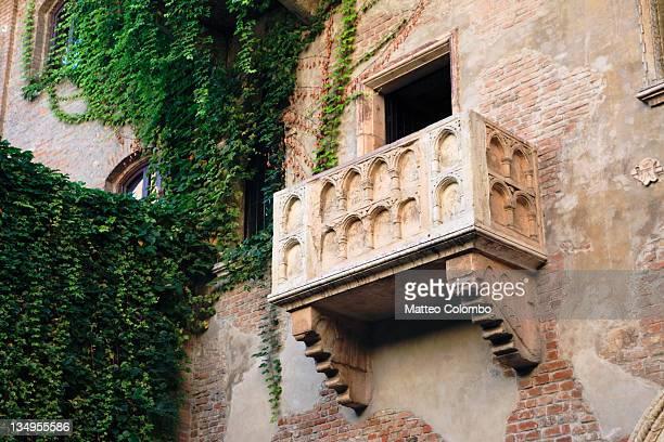 juliet's house and balcony - イタリア ヴェローナ ストックフォトと画像