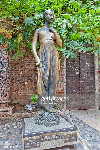 juliet la estatua, verona - romeo y julieta obra reconocida fotografías e imágenes de stock