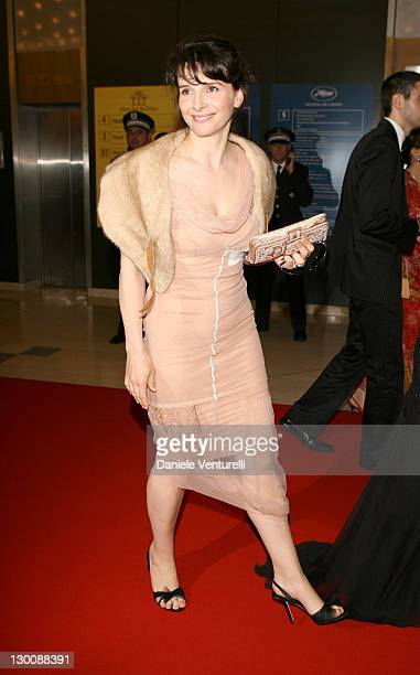 "Juliette Binoche during 2006 Cannes Film Festival - Opening Night Gala and World Premiere of ""The Da Vinci Code"" - Arrivals at Palais de Festival in..."