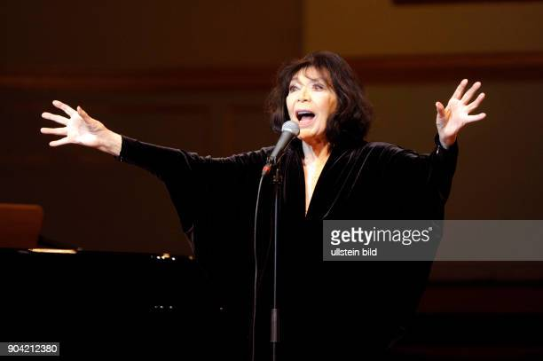 Juliette Greco die franzoesische Chansonsaengerin und Schauspielerin bei einem Konzert in der Hamburger Laeiszhalle Musikhalle Photo by Jazz Archiv...