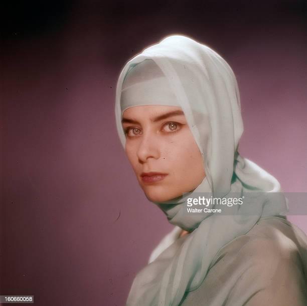 Juliette Mayniel Poses In Studio. France- Portrait studio de Juliette MAYNIEL, actrice française, coiffée d'un foulard en mousseline blanche,...