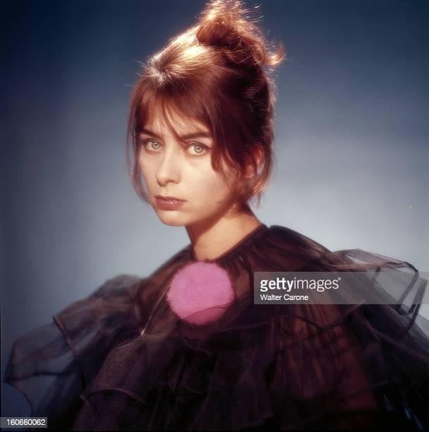 Juliette Mayniel Poses In Studio. France- Portrait studio de Juliette MAYNIEL, actrice française, cheveux relevés et épinglés à l'arrière en chignon,...
