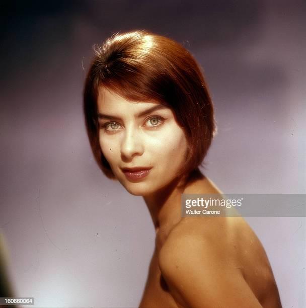 Juliette Mayniel Poses In Studio. France- Portrait studio de Juliette MAYNIEL, actrice française, buste nu, cheveux lissés contre son visage,...