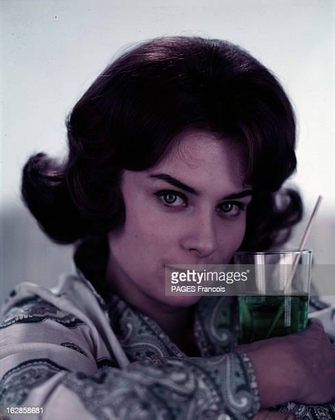 Juliette Mayniel Poses In Studio. Portrait studio de Juliette MAYNIEL, tenant un verre de menthe.