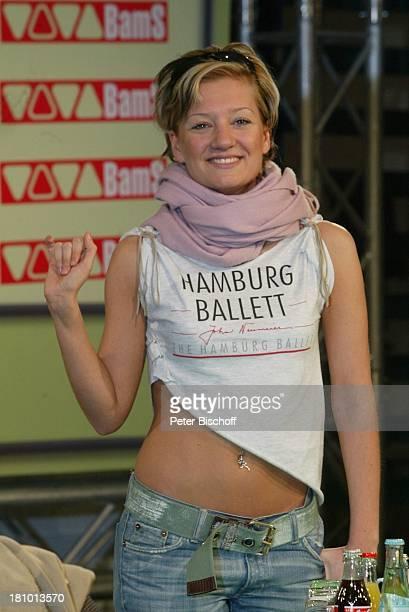 Juliette Schoppmann BerlinBesuch und Autogrammstunde Berlin DorintHotel Schweizer Hof Sängerin Prominente Pressekonferenz winken