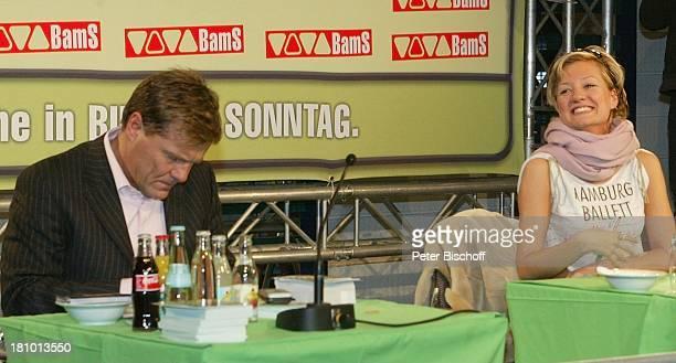 Juliette Schoppmann Dieter Bohlen BerlinBesuch und Autogrammstunde Berlin DorintHotel Schweizer Hof Sängerin Sänger Prominenter Prominente...