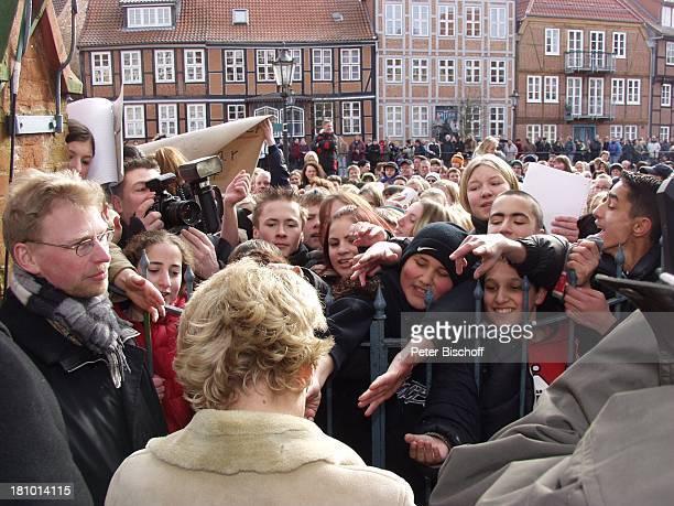 Juliette Schoppmann Fans Bodyguard vor dem Eintrag in das Goldene Buch ihrer Heimatstadt Stade Stade 2722003 vor dem Rathaus Autogramm Autogramme...