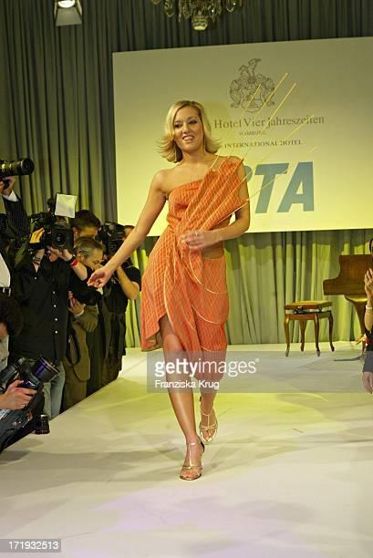Juliette Schoppmann Modelt Bei Der 10 Jahre Peta Deutschland Gala Im Hotel Vier Jahreszeiten In Hamburg Am 140204