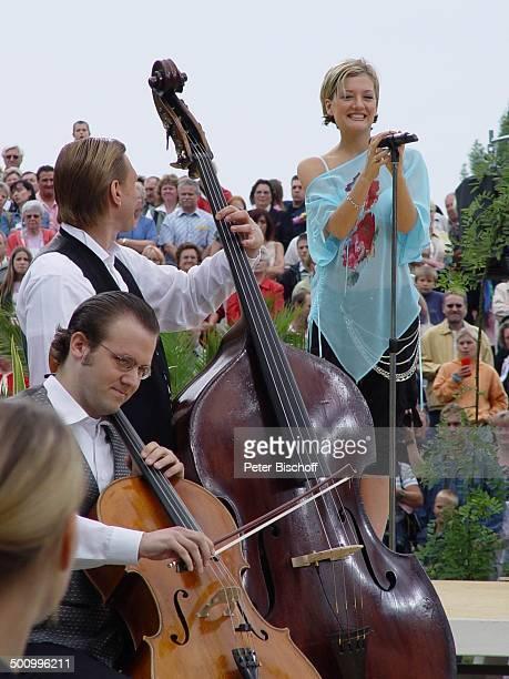Juliette Schoppmann Musiker ZDFFernsehgarten Mainz Musikinstrument Mikrofon singen DSDS Superstars Sängerin Publikum Promi PNr 126/2004 STB Foto...