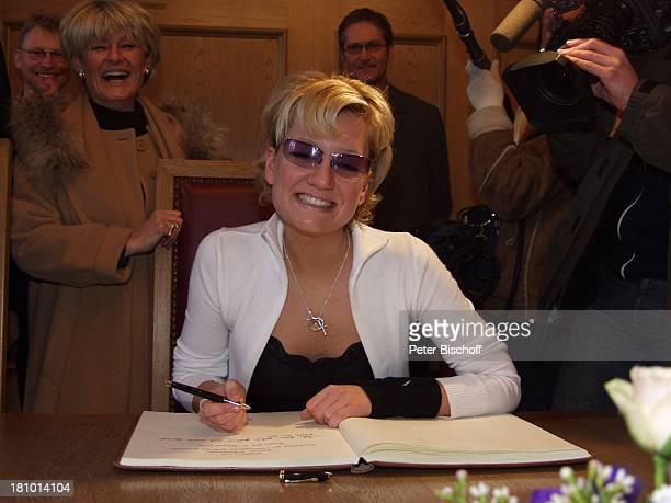 Juliette Schoppmann Mutter Brigitte Schoopmann Eintrag in das Goldene Buch ihrer Heimatstadt Stade Stade 2722003 Rathaus schreiben Unterschrift...