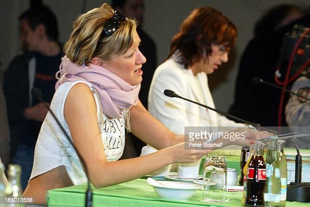 Juliette Schoppmann Name auf Wunsch BerlinBesuch und Autogrammstunde Berlin DorintHotel Schweizer Hof Pressekonferenz Sängerin Prominente Mikrofon