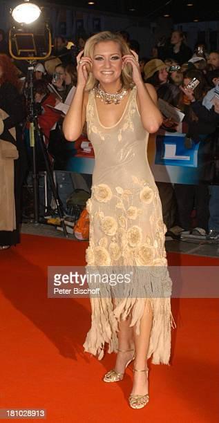 Juliette Schoppmann Verleihung Echo 2004 Berlin ICC Dekollete fotografieren Geste Promis Prominente Prominenter
