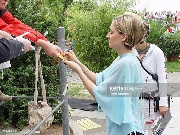 Juliette Schoppmann ZDFFernsehgarten Mainz Autogramm schreiben DSDS Superstars Sängerin Publikum Promi PNr 126/2004 STB Foto PBischoff/CD