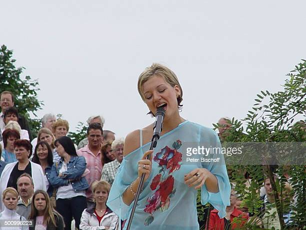 Juliette Schoppmann ZDFFernsehgarten Mainz Mikrofon singen DSDS Superstars Sängerin Publikum Promi PNr 126/2004 STB Foto PBischoff/CD