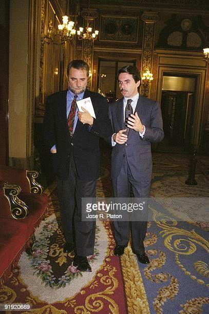 ¿Cuánto mide José María Aznar? - Altura - Página 3 Julio-anguita-next-to-jos-mara-aznar-dialogue-between-the-general-of-picture-id91920669?s=612x612