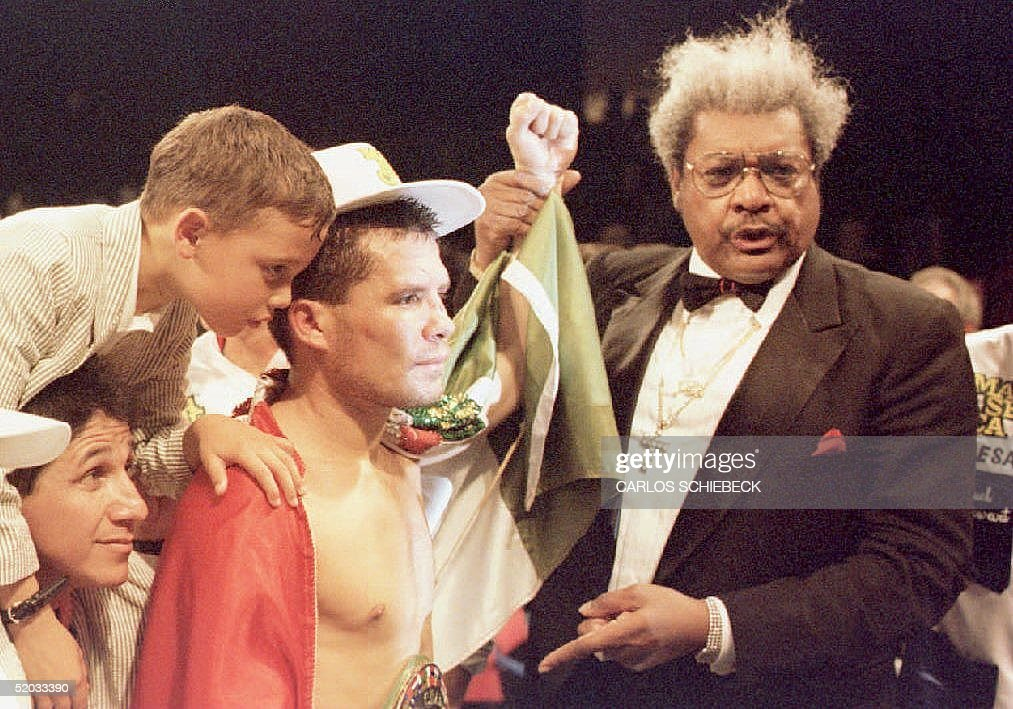 Julio Cesar Chavez (C) of Mexico is surrounded by : Nachrichtenfoto