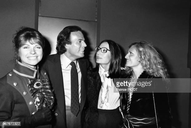Julio Iglesias en compagnie de Karen Cheryl Nana Mouskouri et Dalida lors de sa 1ère Palais des Congrès à Paris le 22 septembre 1981 France