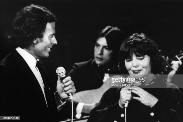 Julio Iglesias et Amália Rodrigues sur scène à Paris en décembre 1980 France