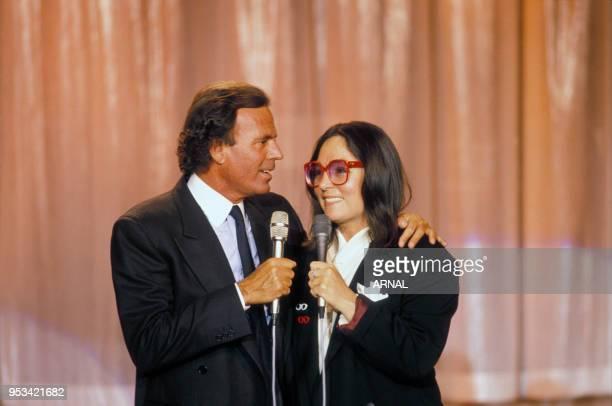 Julio Iglesias et Nana Mouskouri dans une émission de télévision le 9 novembre 1988 à Paris France
