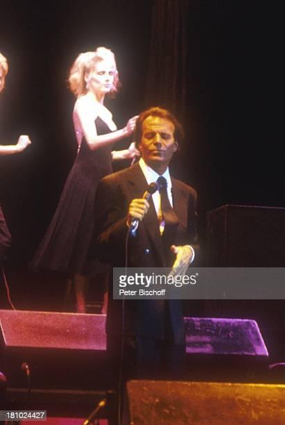 Julio Iglesias Konzert Appeldoorn/Holland Schlagersänger Sänger Hintergrundsängerin Backroundsängerin Auftritt Bühne Mikrophon Promis Prominenter...