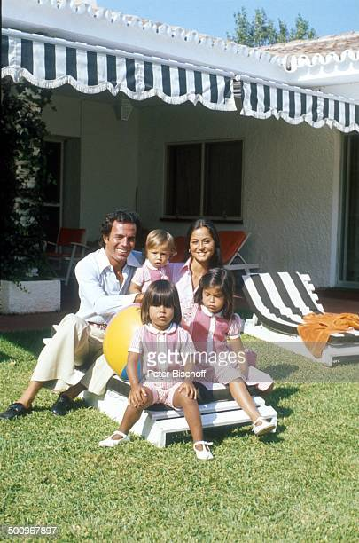 Julio Iglesias, mit Ehefrau Isabel, und den Söhnen Enrique Miguel, Marie Isabel Junior, Julio José ,, Torremolinos, Costa del Sol/Spanien, Familie,...