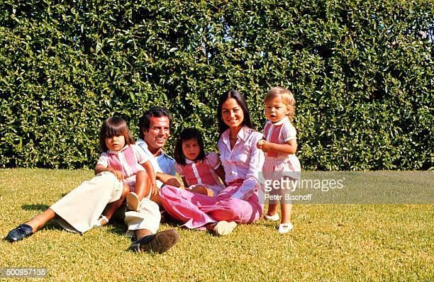 Julio Iglesias mit Frau Isabel, Kindern, Julio-Jose, Marie-Isabel, Enrique-Miguel,, Familie, Haus in Torremolinos, Costa del Sol/Spanien, Promi,...